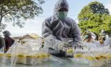 Petugas merapikan wadah sampel dahak milik warga yang menjalani tes Polymerase Chain Reaction (PCR) di perbatasan Jakarta-Bekasi, Lubang Buaya, Jakarta, Selasa (5/5).Tes PCR secara random untuk 50 masyarakat yang melintas di titik perbatasan antara Jakarta dan Bekasi itu untuk mendeteksi lokasi dan menekan penyebaran virus Corona