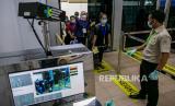 Petugas Kantor Kesehatan Pelabuhan (KKP) memeriksa suhu tubuh sejumlah pekerja migran Indonesia yang baru tiba dengan menggunakan thermoscan di Pelabuhan Internasional Batam Centre, Batam, Kepulauan Riau, Selasa (24/3/2020). Sebanyak 81 pekerja migran Indonesia di deportasi melalui Pelabuhan Internasional Batam Centre pasca diberlakukannya