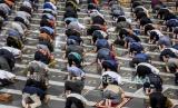 Sejumlah umat muslim melaksanakan ibadah Sholat Jumat