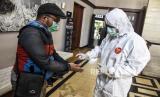Petugas medis menyemprotkan cairan antiseptik pembersih tangan kepada wartawan saat menjalani Tes Diagnostik Cepat (Rapid Diagnostic Test) Covid-19 di Ruang Tengah Balaikota Bandung, Kota Bandung, Jumat (27/3). Sedikitnya 37 wartawan dari berbagai media massa menjalani Tes Diagnostik Cepat (Rapid Diagnostic Test) Covid-19 untuk memastikan tidak terpapar virus Corona (Covid -19) setelah Wakil Walikota Bandung dinyatakan positif Covid-19 pada Senin (23/3)
