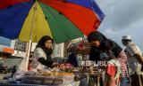 BPOM Minta Masyarakat Waspadai Takjil Warna Merah Cerah. Pedagang melayani pembeli takjil.