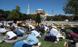 Sholat Perdana di Hagia Sophia Disebut Picu Kenaikan Covid. Foto: Orang-orang melakukan salat Jumat pertama selama upacara pembukaan resmi Hagia Sophia sebagai masjid di Istanbul, Turki, 24 Juli 2020.