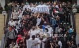 Jenazah mendiang Glenn Fredly dibawa menuju mobil ambulan di rumah duka tempat di GBIB Sumber Kasih, Lebak Bulus, Jakarta Selatan, Kamis (9/4).Mendiang Glenn Fredly meninggal dunia di usia 44 tahun akibat penyakit meningitispada hari Rabu (8/4/2020) di Rumah Sakit Setia Mitra Fatmawati.