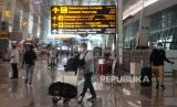 Sejumlah calon penumpang mengantre ketika dilakukan pemeriksaan dokumen dan syarat sebelum pemberangkatan di Terminal 3 Bandara Soekarno Hatta, Tangerang, Banten, Kamis (6/5). Larangan mudik atau perjalanan antardaerah/provinsi selama periode libur Lebaran mulai hari ini Kamis (6/5) hingga Senin (17/5). Selama masa larang mudik tersebut perjalanan hanya boleh bagi mereka yang masuk kategori pengecualian, yakni Orang yang melakukan perjalanan dinas,Kunjungan keluarga sakit, Kunjungan duka anggota keluarga meninggal, Kepentingan persalinan yang didampingi maksimal dua orang dan Kepentingan nonmudik tertentu lainnya.  (Republika/Prayogi)