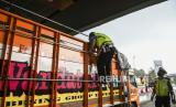 Petugas Kepolisian memeriksa truk yang melintas di check point penyekatan arus mudik Gerbang Tol Cikupa, Tangerang, Banten, Kamis (6/5/2021). Petugas gabungan memberlakukan penyekatan pemudik jelang perayaan Hari Raya Idul Fitri 1442 H guna mengantisipasi risiko peningkatan kasus penularan COVID-19.