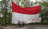 Bendera merah putih raksasa terpasang di  Sukoharjo, Jawa Tengah, Rabu (12/8). Pengibaran bendera merah putih dengan ukuran 16x12 meter ini untuk memeriahkan HUT RI ke-75. Prosesi penaikan bendera ini menggunakan upacara dan menyanyikan lagu Indonesia Raya secara bersama.