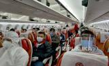 Sejumlah Warga Negara Indonesia (WNI) berada di dalam pesawat Air India AI-1312 bersiap untuk terbang ke Jakarta dari Bandara Internasional Chhatrapati Shivaji, Mumbai, India, Jumat (22/5/2020). Konsulat Jenderal Republik Indonesia di Mumbai memfasilitasi proses repatriasi mandiri 117 Warga Negara Indonesia  (WNI) yang tertahan di India karena terdampak pemberlakuan kebijakan