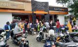 Masyarakat antre Bantuan Sosial Tunai (BST), di Kantor Pos, Jalan Sadangsari, Kota Bandung, Selasa (26/5). Bantuan sosial tersebut diharapkan tepat sasaran dan dapat membantu masyarakat yang terdampak pandemi Covid-19