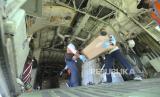 Prajurit TNI AU menurunkan bantuan alat kesehatan penanggulangan COVID-19 dari BNPB dari dalam Pesawat Hercules C.130 di Lanud Anang Busra Tarakan, Kalimantan Utara, Sabtu (4/4/2020).