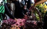 Istri almarhum Lettu Wisnu Tia Aruni, Yuanita Rahmawati menabur bunga pada pusara suaminya usai prosesi pemakaman di Tempat Pemakaman Umum Kembangarum (Bergota II), Semarang, Jawa Tengah, Ahad (7/6/2020). Lettu Wisnu Tia Aruni merupakan satu dari empat prajurit TNI AD yang tewas dalam insiden kecelakaan helikopter MI-17 V5 di Kawasan Industri Kendal (KIK), Jateng pada Sabtu (6/6/2020)