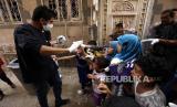 Ilustrasi relawan membagikan masker.
