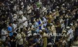 Sejumlah umat Islam membaca doa qunut saat melaksanakan Shalat Dzuhur berjamaah di Masjid Istiqlal, Jakarta, Jumat (20/3). Masjid Istiqlal tidak menggelar Shalat Jumat sesuai kebijakan Majelis Ulama Indonesia (MUI), Pemerintah Pusat dan daerah untuk mengurangi penyebaran Corona atau Covid-19, namun menggelar Shalat Zuhur berjamaah. Putra M. Akbar/Republika