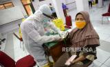 Petugas kesehatan memeriksa sampel darah saat Rapid Diagnostic Test (RDT) pedagang di Pasar Beringharjo, Yogyakarta, Rabu (3/6). Sebanyak 58 pedagang pasar secara acak menjalani RDT dari Dinkes Kota Yogyakarta