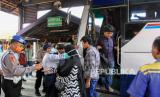 Sejumlah petugas memeriksa kesehatan penumpang saat tiba (ilustrasi). Pemerintah Kabupaten Sukabumi, Jawa Barat mewajibkan seluruh warga yang masuk ke kabupaten terluas di Pulau Jawa dan Bali ini untuk menjalani pemeriksaan kesehatan sebagai antisipasi penyebaran COVID-19.