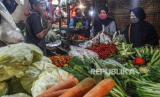 Pedagang melayani pembeli di pasar tradisional. ilustrasi