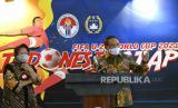 Menpora Zainudin Amali (kanan) bersama Wali Kota Surabaya Tri Rismaharini (kiri) memberikan keterangan pers terkait penyelenggaraan Piala Dunia U-20 2021 di Kantor Kemenpora, Jakarta, Kamis (6/8/2020). Tri Rismaharini menyatakan bahwa Stadion GBT siap menjadi salah satu tempat penyelengaraan Piala Dunia U-20 pada tahun 2021 dan akan diverifikasi Federasi Sepak Bola Dunia (FIFA) pada September mendatang.