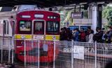 Sejumlah penumpang bersiap menaiki rangkaian KRL di Stasiun Tanah Abang, Jakarta (Ilustrasi)
