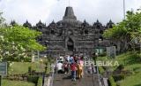 Penambahan Kuota Kunjungan Borobudur dan Prambanan Bertahap. Wisatawan berada di zona 1 kawasan Taman Wisata Candi (TWC) Borobudur, Magelang, Jawa Tengah, Rabu (8/7/2020). Pihak Balai Konservasi Borobudur (BKB) membuka kembali zona 1 candi Borobudur untuk umum yang ditutup akibat pandemi COVID-19 sejak (15/7/2020), tapi pengunjung belum diperbolehkan menaiki struktur candi Borobudur.