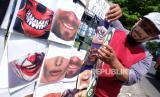 Pedagang menata masker karakter wajah berbahan kain di Solo, Jawa Tengah, Senin (8/6/2020).