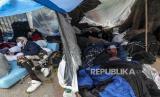 Para migran Peru beristirahat di dalam tenda darurat di sebuah kamp di luar konsulat Peru untuk menuntut repatriasi, di tengah penyebaran virus corona baru dan kurangnya pekerjaan di Santiago, Chili, Juni, Selasa, 2, 2020. WHO sebut Amerika Latin telah menjadi 'zona merah' penularan Covid-19 di dunia.