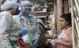 Petugas kesehatan dari Dokter Tanpa Batas mengunjungi kamp penghuni liar untuk melakukan pemeriksaan medis dan menghindari penyebaran COVID-19 di Sao Bernardo do Campo, wilayah Sao Paulo yang lebih besar, Brasil, Rabu, 3 Juni 2020.