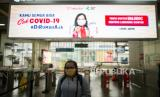 Penumpang menggunakan masker KRL di Stasiun Manggarai, Jakarta, Rabu (8/4).  Pemerintah DKI Jakarta akan membatasi pergerakan dan interkasi warga dengan membatasi jam operasional transportasi dari pukul 06