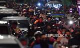 Pengendara terjebak kemacetan saat malam Idul Fitri 1 Syawal 1441 H di kawasan Kemayoran, Jakarta Pusat, Sabtu (23/5/2020). Meski Provinsi DKI Jakarta masih dalam masa Pembatasan Sosial Berskala Besar (PSBB), namun saat malam Idul Fitri 1441 H sejumlah jalan di Ibu Kota masih ramai oleh kerumunan warga hingga menimbulkan kemacetan
