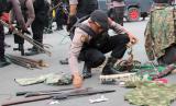 Petugas kepolisian menyita sejumlah atribut dan senjata tajamdi Timika, Papua. (ilustrasi