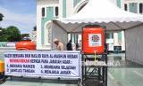 Petugas menyiapkan bilik semprot disinfektan dan fasilitas cuci tangan untuk para jamaah melaksanakan salat Idul Fitri (Id) di Masjid Raya Al Mashun Medan, Sumatera Utara, Sabtu (23/5/2020). Masjid yang sudah memasuki usia 114 tahun milik Kesultanan Melayu Deli itu akan melaksanakan salat Id dengan menerapkan protokol kesehatan yakni dengan mewajibkan memakai masker, mencuci tangan, membawa sejadah masing-masing serta menjaga jarak terkait pandemi virus COVID-19