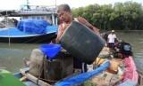 Nelayan mengisi solar ke dalam jerigen di dermaga kapal ikan Karangsong, Indramayu, Jawa Barat.   (Antara/Dedhez Anggara)