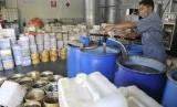 Biosolar secara bertahap akan mulai disalurkan ke wilayah Maluku Papua pada 2020. Foto: Seorang pekerja memanaskan minyak jelantah yang diperoleh dari sejumlah hotel dan restoran di Bali untuk diproses menjadi bahan bakar minyak (BBM) biosolar di Denpasar, Bali, Selasa (11/11). (Antara/Nyoman Budhiana)