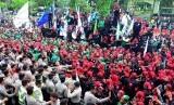 Buruh menggelar demo. (ilustrasi)