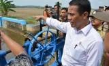 Menteri Pertanian Amran Sulaiman meninjau sarana irigasi persawahan saat melakan kunjugan kerja ke tiga wilayah di Jawa Tengah, yakni Pekalongan, Tegal dan Brebes.  (foto : Wisnu Aji Prasetiyo)