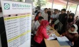 Warga mengantre untuk mendaftar kartu BPJS Kesehatan    (Republika/ Yasin Habibi)