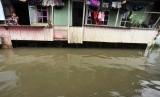 Dua anak berada di rumah mereka ketika banjir menggenangi kompleks Swadaya, Kelurahan Batua Raya, Makassar (ilustasi)