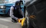 Petugas Dishub Kota Depok membuka gembok pada mobil yang telah digembok sejak pagi karena parkir sembarangan (ilustrasi)
