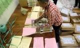 Petugas mengelompokkan sampul dan naskah Ujian Nasional.  (ilustrasi)
