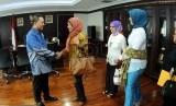 Ketua MPR, Zulkifli Hasan menerima kunjungan dari Kaukus Perempuan Politik Indonesia di ruang pimpinan MPR Kompleks Parlemen Senayan, Jakarta, Selasa (21/4).  (Republika/Agung Supriyanto)