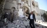 Bangunan tempat tinggal mantan presiden Yaman Ali Abdullah Saleh yang hancur akibat serangan udara di kota Sanaa, Ahad (10/5).