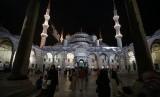 Umat Islam berkumpul di masjid Sultan Ahmed atau yang lebih dikenal dengan masjid Biru di Istanbul, Turki, Rabu (17/6), untuk melaksanakan shalat tarawih.  (AP/Emrah Gurel)