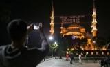 Seorang warga mengabadikan masjid Sultan Ahmed atau yang lebih dikenal dengan masjid Biru di Istanbul, Turki, Rabu (17/6).  (AP/Emrah Gurel)