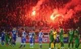 Sejumlah pendukung Persebaya menyalakan flare usai pertandingan Persib Bandung melawan Persebaya United di stadion Si Jalak Harupat, Kabupaten Bandung, Ahad (6/9). (foto : Septianjar Muharam)