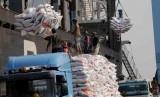 Pekerja melaukan bongkar muat karung berisi beras impor asal Vietnam di Pelabuhan Tanjung Priok, Jakarta. (ilustrasi)  (Republika/Agung Supriyanto)