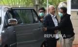 OTT Walikota Medan. Wali Kota Medan Dzulmi Eldin (tengah) bersama penyidik KPK tiba di Gedung KPK, Jakarta, Rabu (16/10/2019).