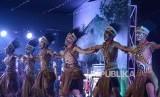 Penari asal Papua menampilkan tarian khas Papua saat acara Malam Bahasa dan Budaya Internasional ke-18 di Pusdiklat Bahasa Badiklat Kemhan, Jalan Jati Raya, Pondok Labu, Jakarta, Rabu (16/10/2019).