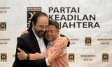 Presiden PKS Mohamad Sohibul Iman berpelukan dengan Ketua Umum Partai NasDem Surya Paloh usai melakukan pertemuan di Kantor DPP PKS, Jakarta, Rabu (30/10).