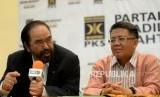 Ketua Umum Partai NasDem Surya Paloh didampingi Presiden PKS Mohamad Sohibul Iman memberikan keterangan usai melakukan pertemuan di Kantor DPP PKS, Jakarta, Rabu (30/10).