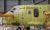 Teknisi menyelesaikan produksi pesawat terbang CN235 di Hanggar Fixed Wing PT Dirgantara Indonesia (PTDI), Kota Bandung, Rabu (30/10).