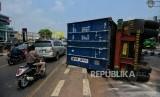 Sejumlah warga melintas disamping truk kontainer yang mengalami kecelakaan di Jalan Sultan Agung, Kranji, Bekasi, Jawa Barat, Kamis (31/10/2019).