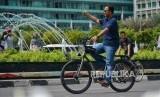 Gubernur DKI Jakarta Anies Baswedan saat sidak PKL di  Hari Bebas Kendaraan Bermotor (HBKB) kawasan Bundaran HI, Jalan Sudirman Thamrin, Jakarta, Ahad (3/11/2019).
